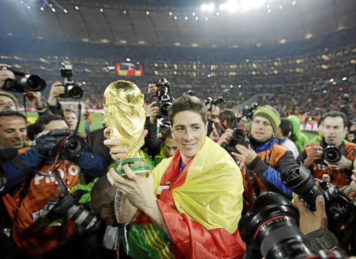 Fernando Torres sostiene la copa que acredita a la Selección Española como campeona del mundo.