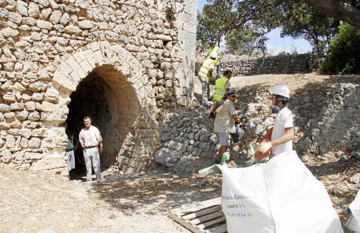 Obras de urgencia en la Torre de l'Homenatge del castillo, que también forma parte de la primera fase de consolidación.