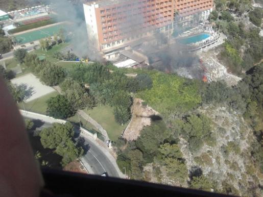 La tarde de este viernes se ha declarado un incendio de nivel 1 en Cala Antena, Manacor.
