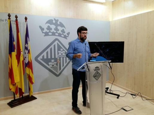 Antoni Noguera, teniente de alcalde y concejal de Modelo de Ciudad, Urbanismo y Vivienda Digna, atiende a los medios de comunicación.