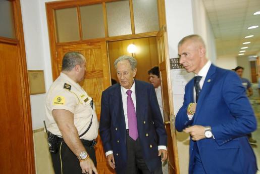 El empresario abandona la sala de vistas de los juzgados de Vía Alemania donde fue interrogado por el juez Castro en septiembre de 2015.