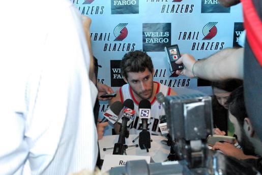 Rudy Fernández atiende a los medios en una rueda de prensa en Portland.