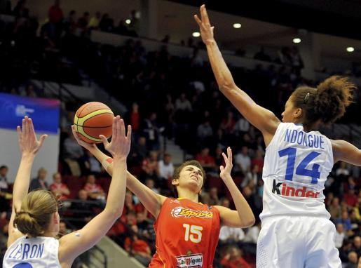 La jugadora de la selección española Alba Torrens (centro) lucha por el balón con las francesas Florence Lepron (izda) y Emmeline Ndongue (dcha).