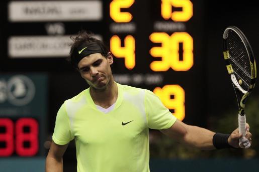 El tenista español Rafael Nadal se lamenta al perder un punto ante su compatriota Guillermo García-López en la semifinal del torneo de Tailandia.