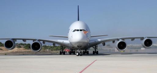 Un Airbus A380 de Lufthansa, con la bandera de Mallorca mientras rueda por el aeropuerto de Palma.