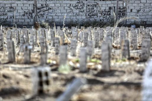Varias personas trabajan en un nuevo nicho colectivo en la ciuda de Douma, a las afueras de Damasco, Siria.