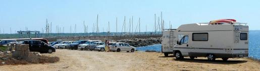 Caravanas y vehículos 'invaden' durante estos meses una zona sensible que no está habilitada para aparcar.