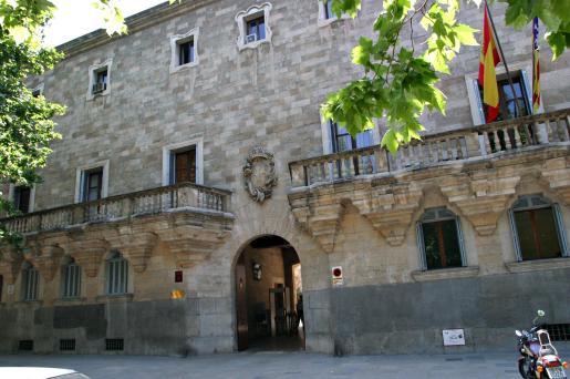Imágen de la puerta rincipal de la Audiencia Provincial.