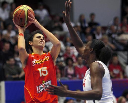 La española Alba Torrens tira a canasta ante la defensa de Sylvia Fowles.