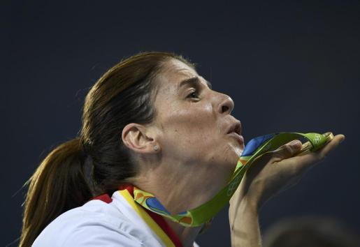 Ruth Beitia, exultante con su medalla de oro.
