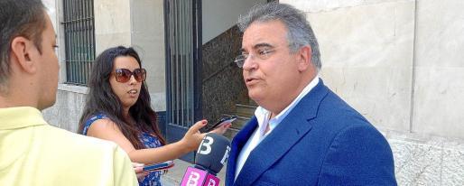 El fiscal jefe de Balears, Bartomeu Barceló, responde a las preguntas de los periodistas en la sede de la Fiscalía. g Foto: EFE