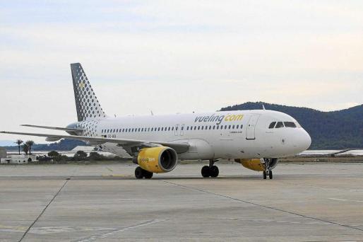 Un avión de Vueling en la pista de aterrizaje del aeropuerto de Eivissa.