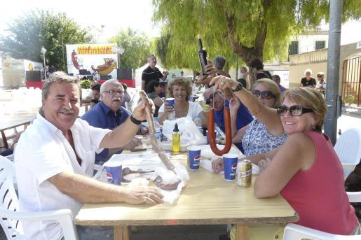 Los asistentes degustaron embutidos en una día casi veraniego por el buen tiempo.