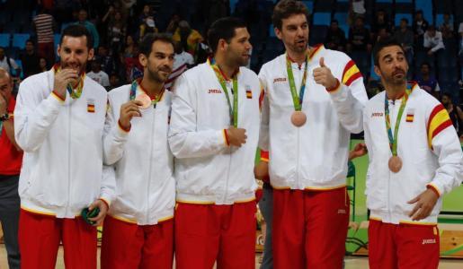 Rudy Fernández, José Manuel Calderón, Felipe Reyes, Pau Gasol y Juan Carlos Navarro, en el podio tras recibir la medalla de bronce este domingo.