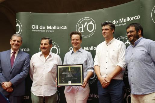 Manuel Ruiz, en el centro, con su distinción.