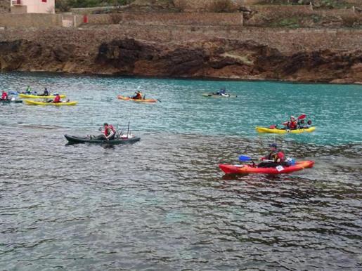 Los miembros de Mallorkayak eligen si salir a pescar solos o en grupo. Cada fin de semana salen a pescar por distintos puntos de Mallorca.