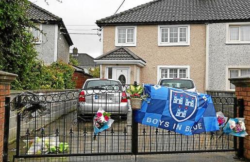 Flores y una bandera de Dublín en la fachada de la casa de Trevor O'Neill.