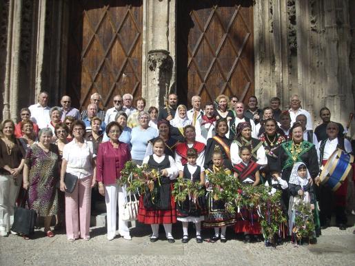La coral teatina y representantes de las Àguedas de Mallorca, en sa Llonja antes de iniciarse el baile.