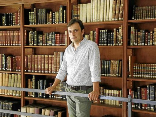 Francesc Miralles posa en la Biblioteca de Cultura Artesana del Consell, en La Misericòrdia.