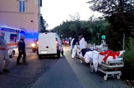 Servicios de emergencia auxilian a personas heridas tras el terremoto en un hospital en Amatrice (Italia).