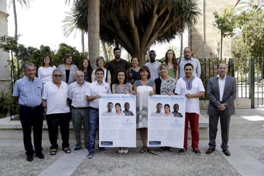 Asociaciones y colectivos de inmigrantes apoyaron la decisión del Govern de dar asistencia sanitaria gratuita a los sin papeles. Armengol, Santiago y Gómez, con sus representantes .