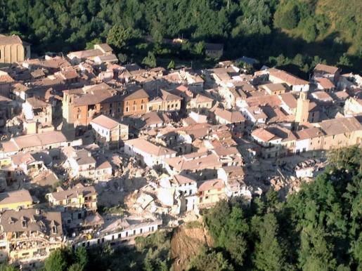 Imagen facilitada por la Brigada de Bomberos de Italia de una vista aérea de los edificios derrumbados en Amatrice, en el centro de Italia, tras el terremoto.