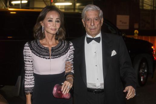 Isabel Preysler y el escritor peruano Mario Vargas Llosa llegan a la gala de la Hispanic Society.