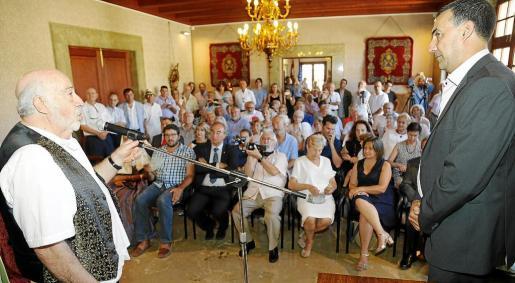 El ceramista Lluís Castaldo durante su nombramiento como Hijo Ilustre de Sóller junto al alcalde de la localidad, Jaume Servera.