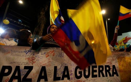 Numerosas personas celebran el acuerdo de paz entre el gobierno colombiano y las FARC.