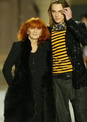 Foto de archivo tomada el 28 de enero de 2005 de la diseñadora gala Sonia Rykiel durante un desfile de su colección masculina en París.