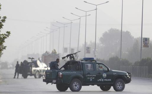 Miembros de las fuerzas de seguridad afganas toman posiciones en una carretera que conduce a la Universidad Americana de Kabul (Afganistán) este jueves 25 de agosto de 2016, tras el ataque al centro educativo por parte de un grupo de tres insurgentes.