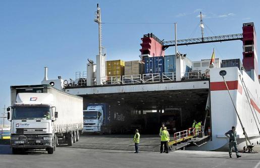 Camiones desciende de un barco de mercancías en el Puerto de Ibiza.