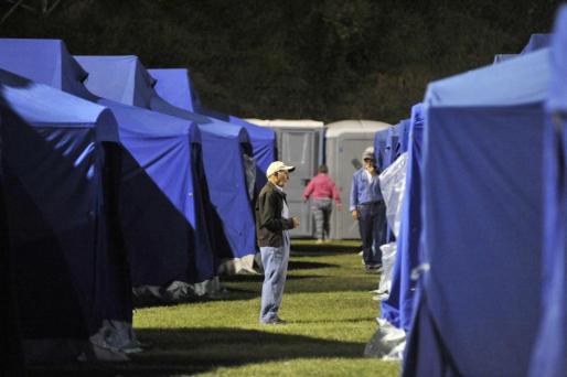 Voluntarios trabajan en un campo de atención, dispuesto para las víctimas del terremoto en Arquata Del Tronto (Italia).