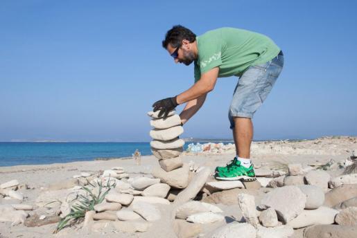 Un grupo de voluntarios devuelve las piedras de es Trucadors de Formentera a su lugar.