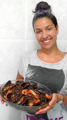 Tania Sánchez participa en el concurso con su receta de espaguetis negros con un toque marino.