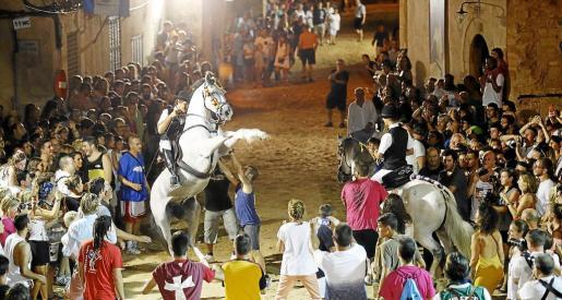 Los 'cavallers' ofrecen el espectáculo de los saltos guiando a sus caballos entre la gente. Los jóvenes son los que más participan de la fiesta saliendo a la plaza para participar del 'jaleo' animando a los caballos a saltar.