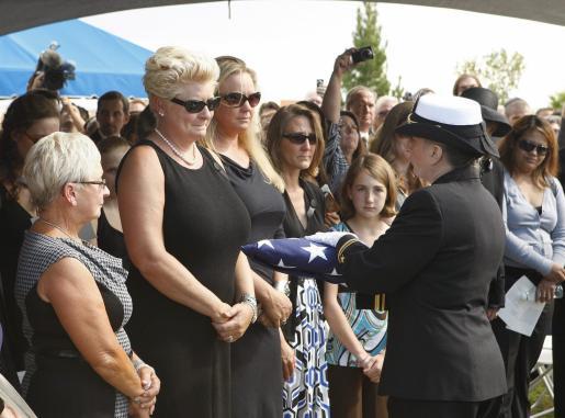 La viuda de Tony Curtis, Jill Vandenberg, (2 i) y su familia se despiden del actor estadounidense durante el funeral celebrado ayer en Las Vegas.