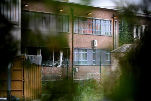 Vista parcial de un edificio del Instituto Nacional de Criminología de la capital belga afectado por las llamas.