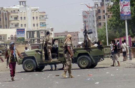 Soldados custodian los alrededores del lugar atacado por un suicida al sur de Adén, en Yémen.
