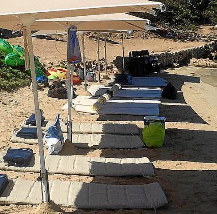 Imagen de las hamacas y las sombrillas que se colocaron en la playa de Cabrera.
