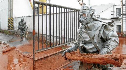 Miembros de los servicios de emergencias, ayer durante las labores de limpieza del lodo tóxico en la localidad de Devecser.