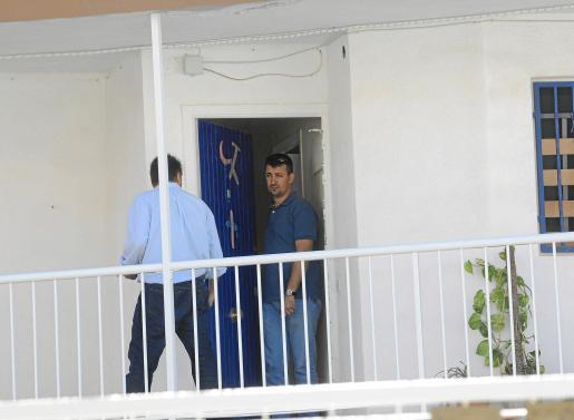 Dos agentes de la Policía Judicial, ayer inspeccionando la casa del fallecido. Fotos: MICHELS