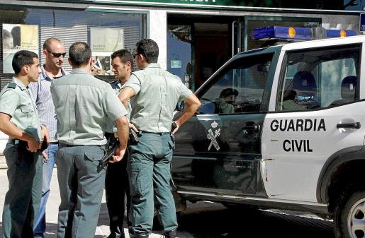 Numerosas patrullas de la Guardia Civil en el lugar donde se produjo el asalto. Fotos: ALEJANDRO SEPÚLVEDA