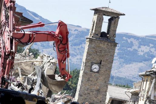 Bomberos trabajan con una excavadora cerca de las ruinas de la Torre Cívica en Amatrice, región de Lazio, cinco días después del devastador terremoto que afectó al centro de Italia.