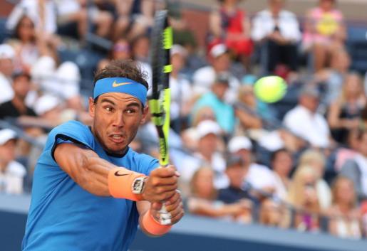 Rafael Nadal en acción de juego ante Denis Istomin este lunes en Nueva York.