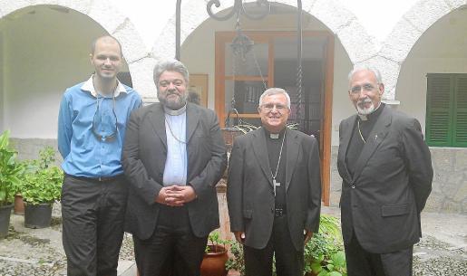 Alexander Cordos, el arzobispo Policarpo, el obispo de Mallorca, Jesús Murgui, y el padre Joan Nadal.