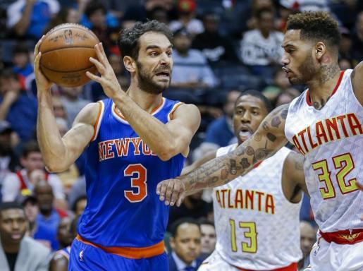 El base español, jugando con su anterior equipo, los Knicks de Nueva York, ante el alero de Atlanta Hawks, Mike Scot.
