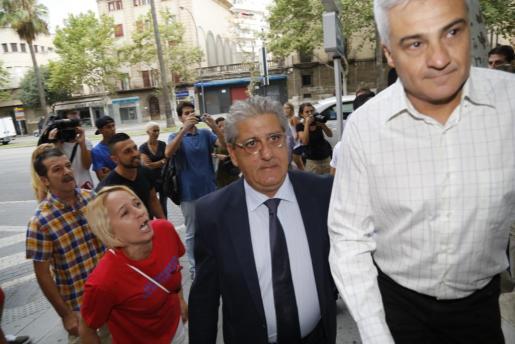 El excaldalde de la localidad, Jaume Isern, fotografiado antes del juicio a la entrada de los juzgados, mientras era increpado por familiares del joven fallecido.