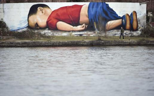 Un grafiti de Aylan Kurdi en el puerto de Fráncfort (Alemania) recuerda la tragedia del niño sirio, ahogado en las playas de Turquía y símbolo de la crisis de refugiados.