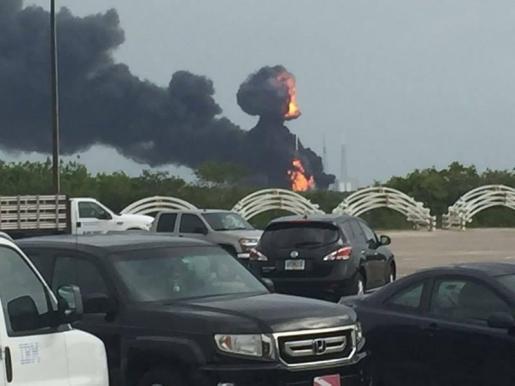 La explosión la tarde de este jueves del cohete de Space X Falcon 9 ha provocado una intensa columna de humo que se ha podido ver desde varios kilómetros a la redonda.
